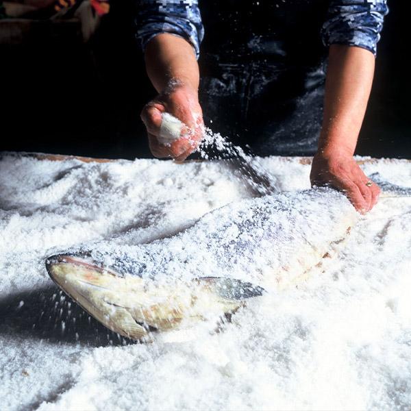 【釧路市:お勧め海産物特集】シャケ番屋の『新巻鮭(秋鮭)切り身1尾約2.5kg〜2.7kg』半身×2パック ★送料込★