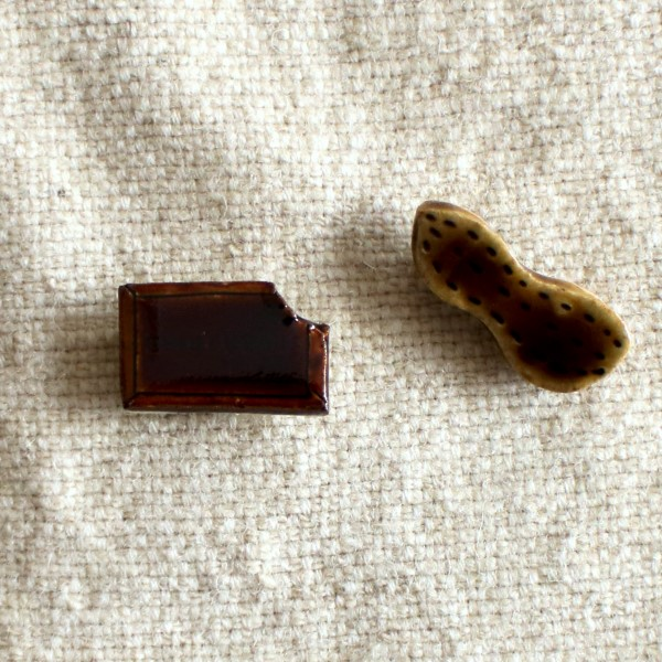 ビターチョコとピーナッツのブローチ(te-to-te)【作家ものハンドメイドアクセサリー】