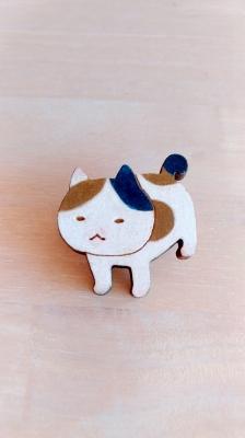 悟り顔の三毛猫ブローチ