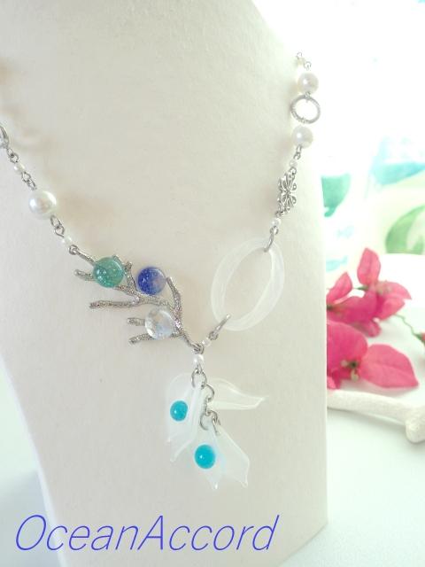 ガラスのネックレス(珊瑚モチーフ)