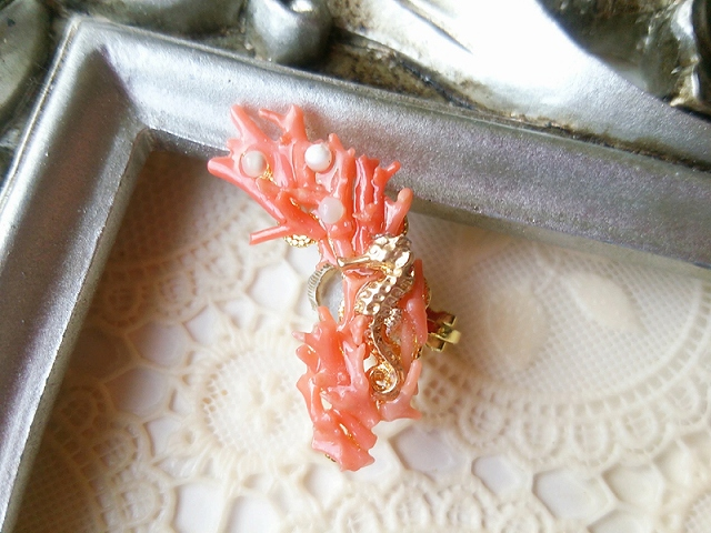 珊瑚にまどろむタツノオトシゴ・イヤーカフ(左耳用)ピンク
