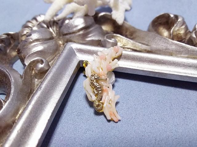 珊瑚にまどろむタツノオトシゴ・イヤーカフ(左耳用)白