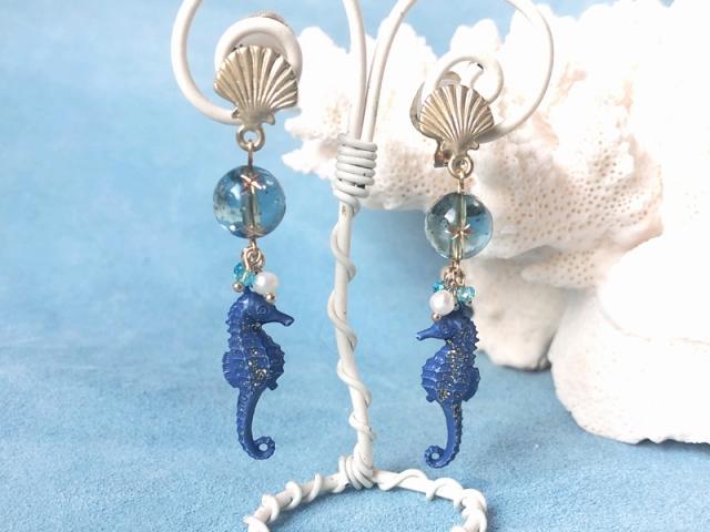 青い海のタツノオトシゴのイヤリング