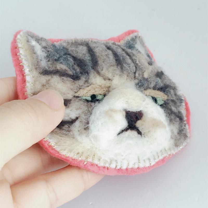 目ガ死ンデルブローチ:ネコ(キジトラ)