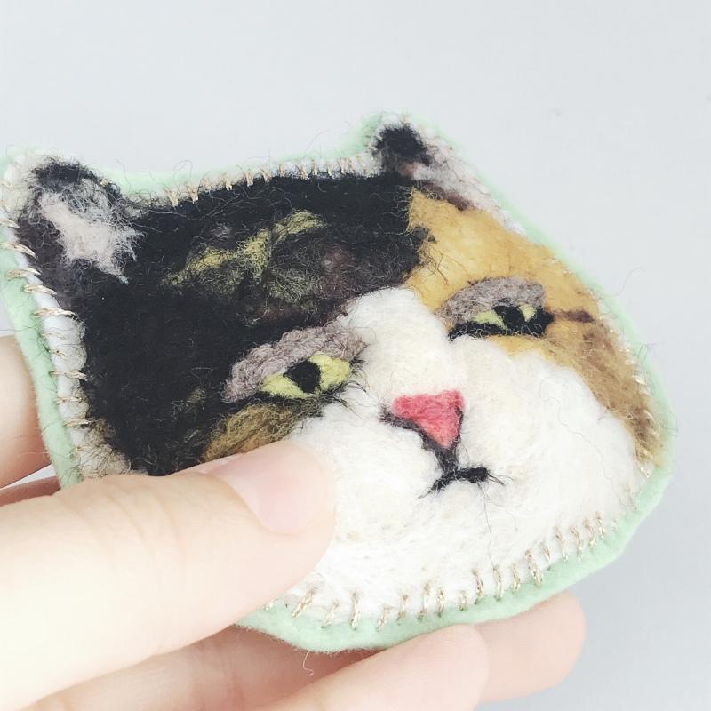 目ガ死ンデルブローチ:ネコ(三毛)