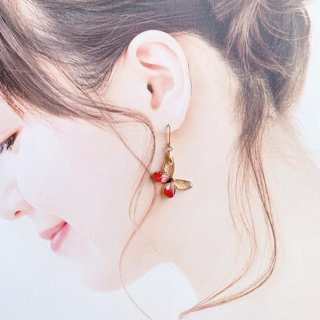 ベニスカシジャノメの耳飾り