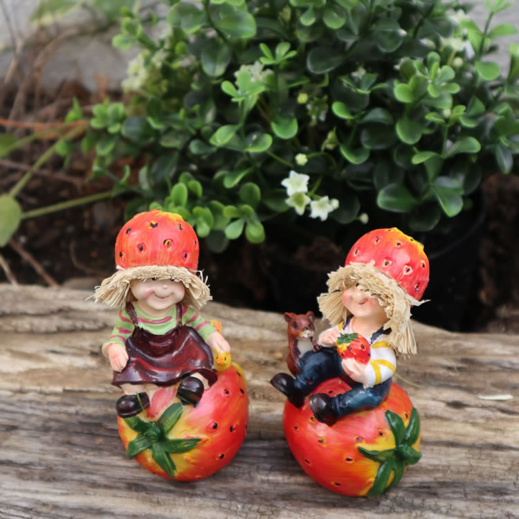 置物 フルーツこびと妖精シリーズ くつろぎイチゴ妖精 人形