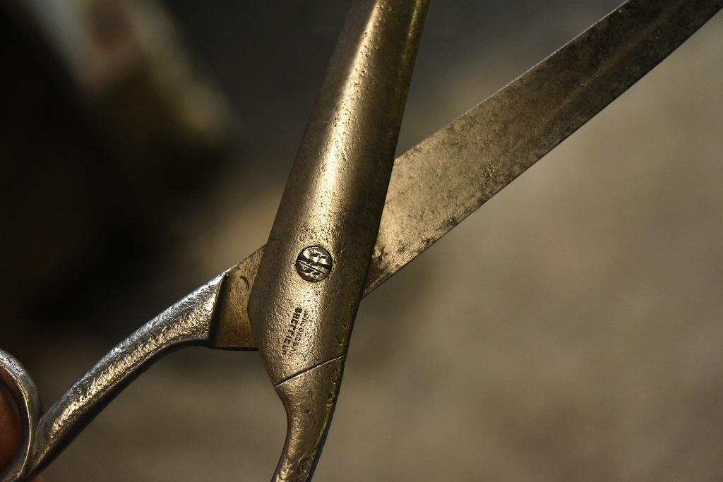 104803 UK ヴィンテージ 鋳造 裁ちばさみ ハサミ 鋏 ツール 英国 MADE IN ENGLAND