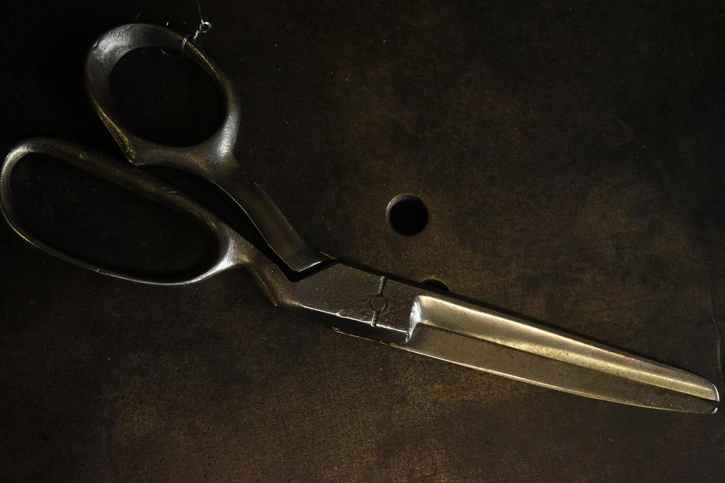 104804 UK ヴィンテージ 鋳造 裁ちばさみ ハサミ 鋏 ツール 英国 MADE IN ENGLAND