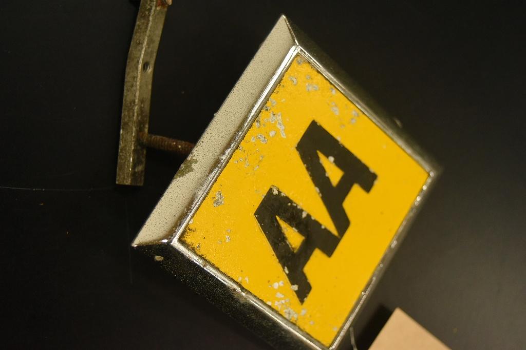 104730 ヴィンテージ AA 「Automobile Association」 スクエア型 カーバッチ エンブレム