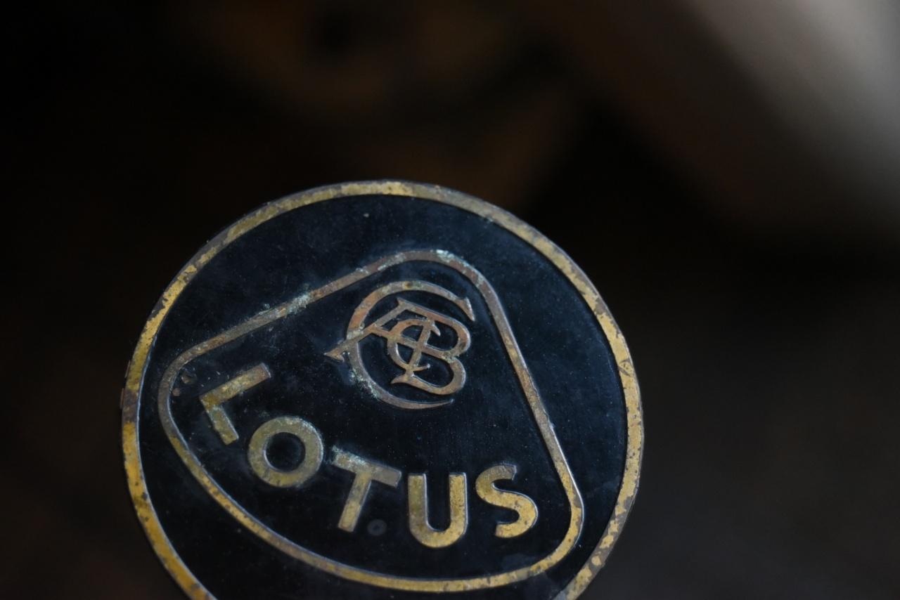 102965 UK ヴィンテージ  「LOTUS ロータス」  2枚セット 旧ロゴ ブラス 真鍮エンブレム