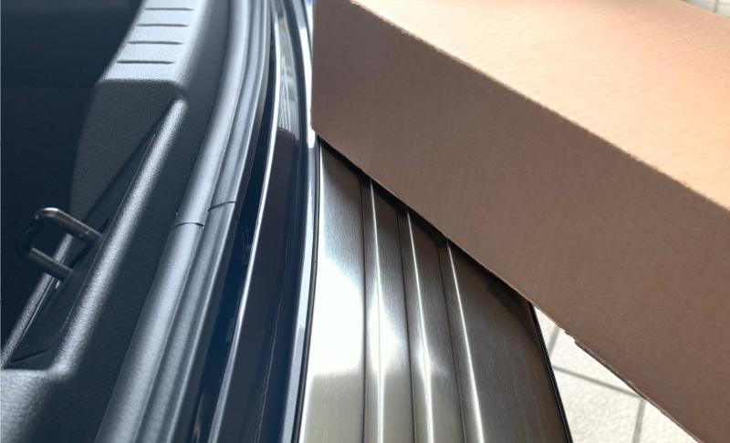 MAZDA3 リアバンパーステップガード 車体保護ゴム付き 1P  MAZDA マツダ3 BP系 SEDAN専用 選べる2カラー シルバーヘアライン ブラックヘアライン 専用 パーツ カスタム ドレスアップ アクセサリー 新型アクセラ セダン AXELA