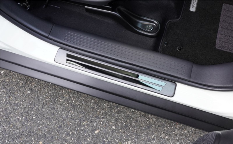 キックス  外側スカッフプレート 4P シルバーヘアライン ブラックヘアライン 車体保護ゴム付き|ニッサン NISSAN KICKS 日産 インテリア カスタム 専用 パーツ ドレスアップ アクセサリー オプション エアロ