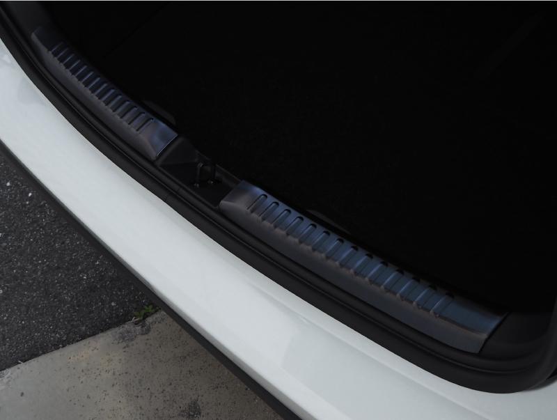ヤリス ラゲッジスカッフプレート 2P 選べる2カラー シルバーヘアライン ブラックヘアライン|トヨタ TOYOTA YARIS 専用 専用 パーツ アクセサリー カスタム ドレスアップ 内装 インテリア 新型 ラゲージ トランク 荷室 カバー ガード 保護 オプション エアロ