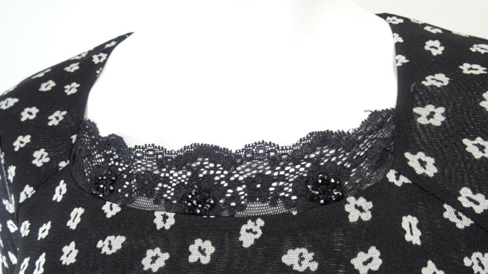 One Piece 襟元レース使いの小花柄パワーネット素材ワンピース