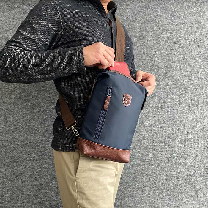 ワンショルダーバッグ ショルダーバッグ ボディバッグ 日本製 豊岡製鞄 メンズ A5ファイル 軽量 ナイロン 普段使い 街持ち 観光 ショッピング 01-黒 03-紺 KBN33758 ブレザークラブ BLAZER CLUB