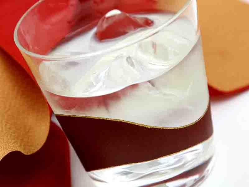 長い伝統を守り新しい文化と融合させた『酒器』ロックグラス 〜重みのあるグラスに金銀箔で緩やかなラインを描いた曲線美〜 外国の方へのギフトにもおすすめ