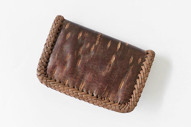 さくら小銭入れ <br> (一枚皮使用/削ぎ仕上げ/内側本革) ※ふちは国産やまぶどう皮を使用しています。 <br> (約)幅12.5×高さ8.5×マチ3cm <br> (約)100g <br> 内装=ポケット×2・ファスナー式ポケット×1
