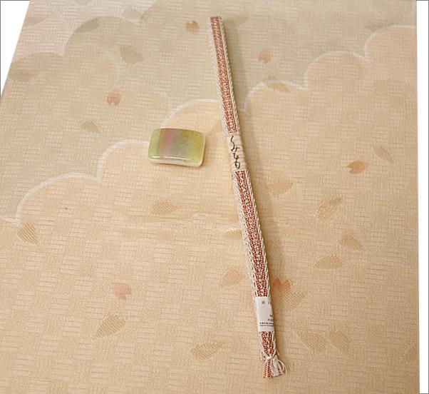 夏用帯留め 3点セット   帯留め&黄赤×白色の三分紐(夏用)&ベージュ系のぼかしに桜の花びら柄の帯揚げ(夏用)