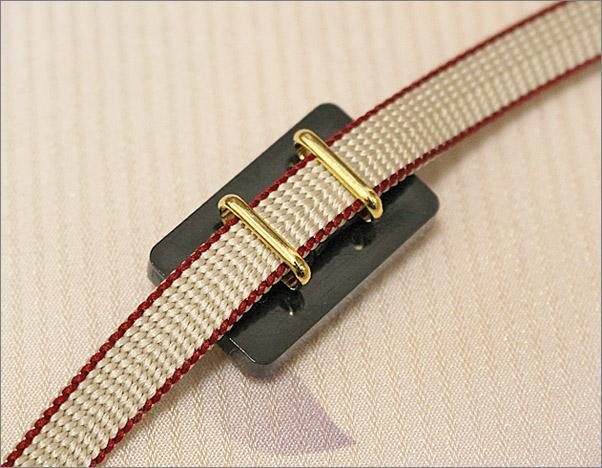 帯締め 帯留め×三分紐の2点セット 赤色×白色のリバーシブルの三分紐と梅柄の帯留め