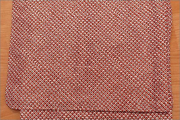 洗える着物 単衣 小紋 赤色系地に大きめの染め疋田柄の着物 Mサイズ