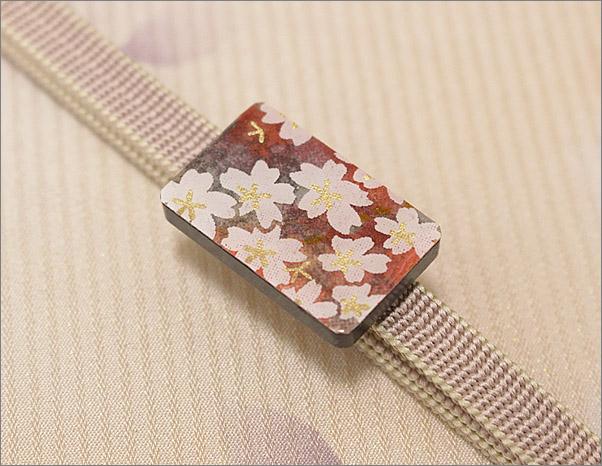 帯締め 帯留め×三分紐の2点セット 淡いピンク色×アイボリー色のリバーシブルの三分紐と桜柄の帯留め