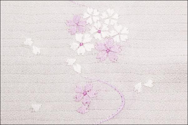 絽の刺繍半衿 夏物 白地に赤紫色の桜と風柄