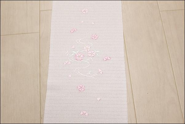 絽の刺繍半衿 夏物 白地にピンク系の桜と流水柄