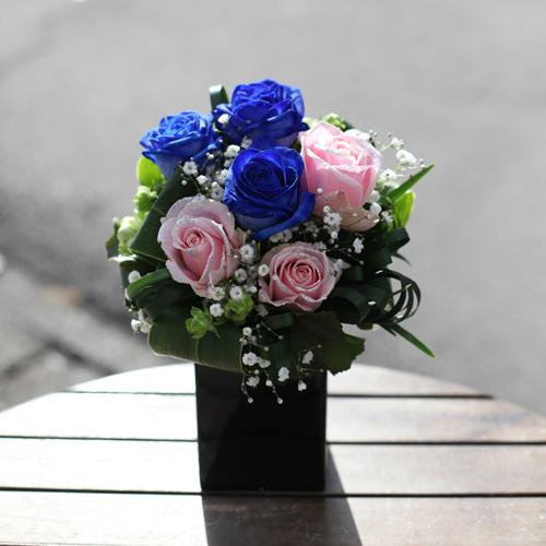 青いバラとキラキラピンクローズのミニアレンジ