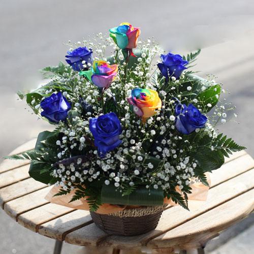 青いバラ5本とレインボーローズ3本とキラキラかすみ草のアレンジメント