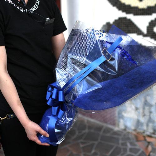 青いバラ30本をキラキラ青いかすみ草で囲んだ花束