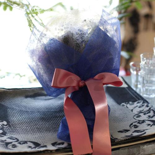 レインボー&青カーネーションとキラキラかすみ草のブーケ