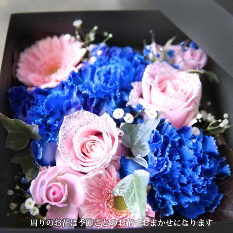 青いカーネーション3本とキラキラピンクローズ2本のBOXアレンジ