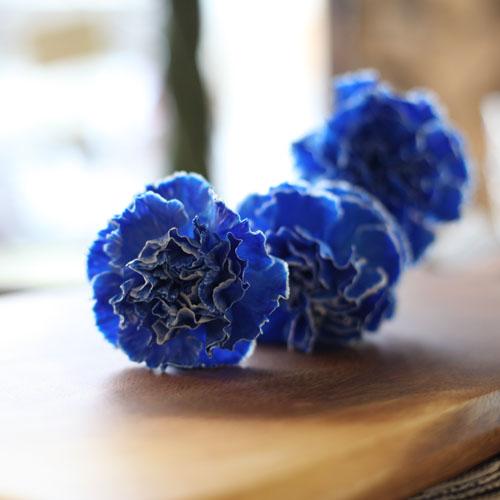 青いカーネーションとキラキラかすみ草のブーケ