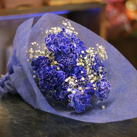 青いカーネーション20本とキラキラかすみ草の花束