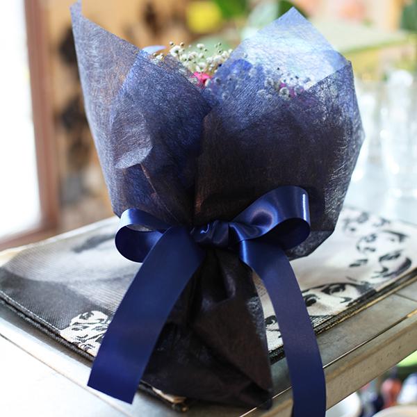 青いバラ5本とレインボーローズ5本とキラキラかすみ草のブーケ