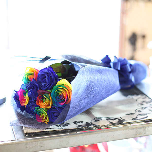 青いバラ5本とレインボーローズ5本の花束