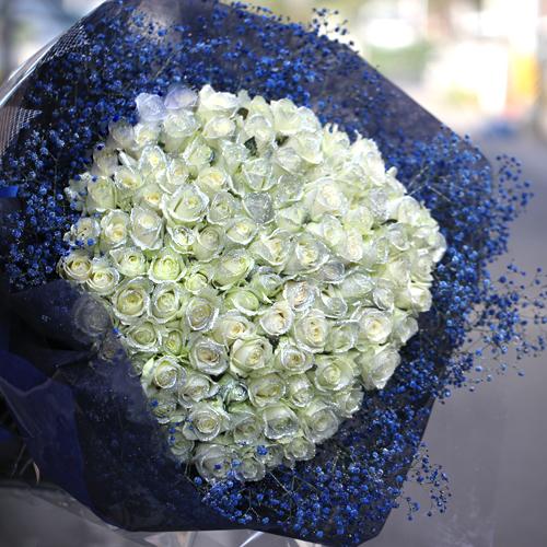 キラキラ白いバラ108本の花束