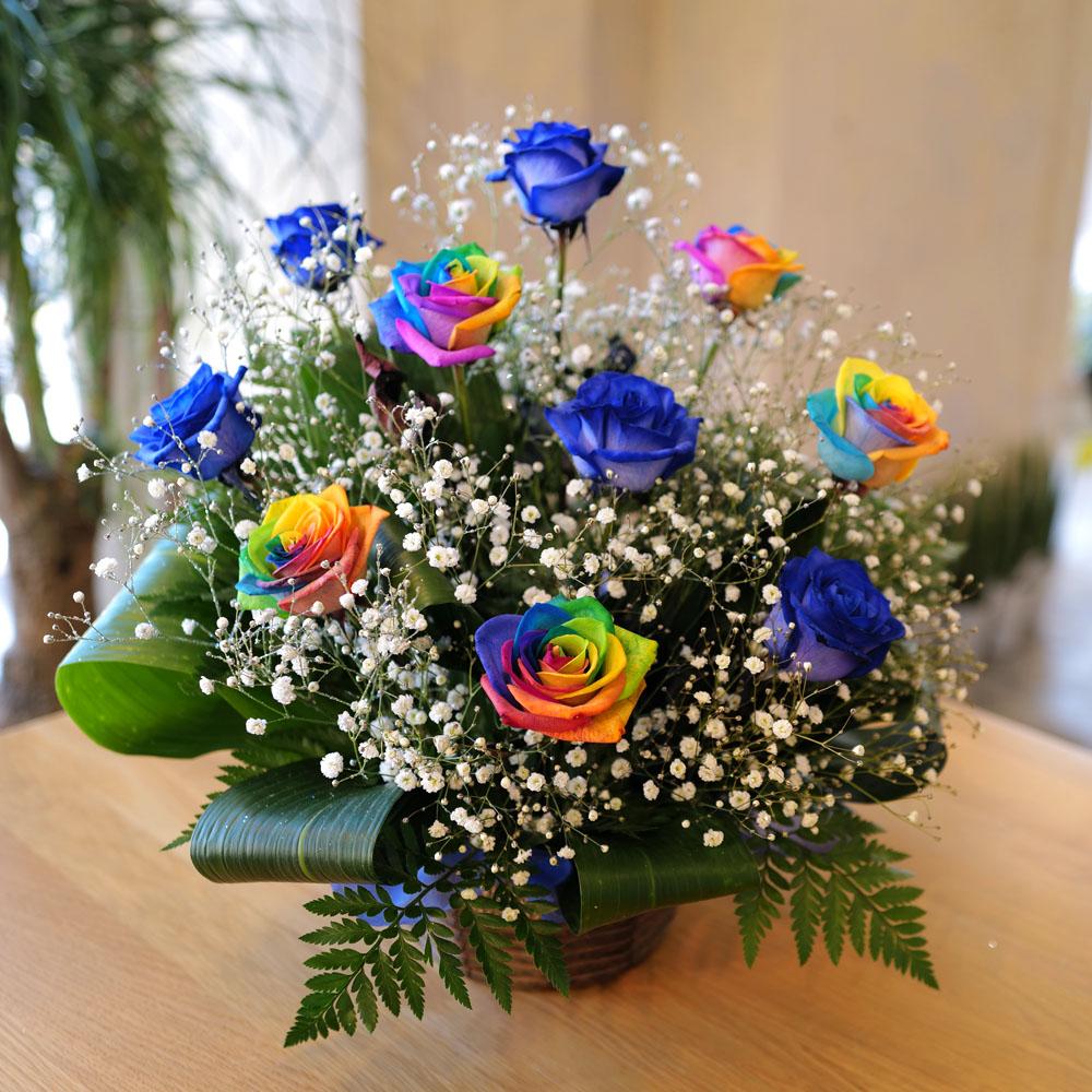 青いバラ5本とレインボーローズ5本とキラキラかすみ草のアレンジメント