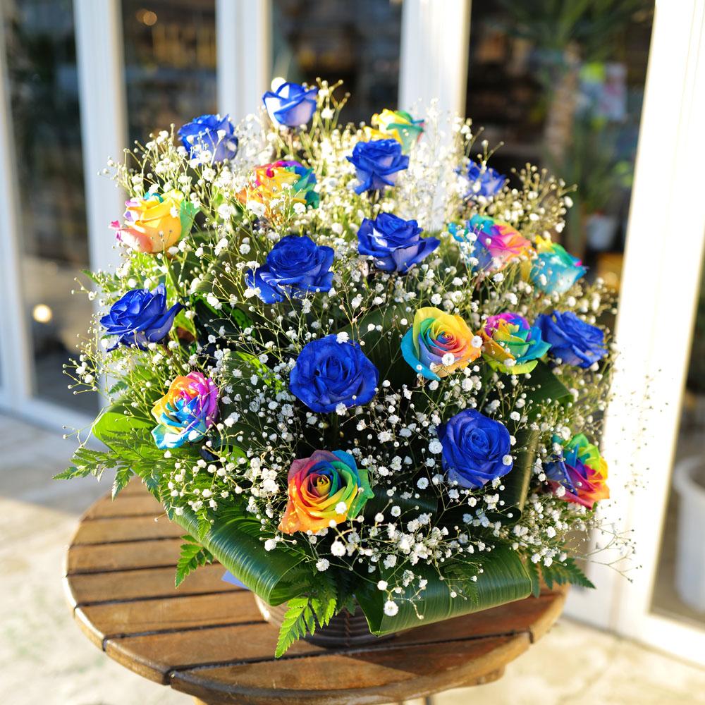 青いバラ10本とレインボーローズ10本のキラキラかすみ草のアレンジメント