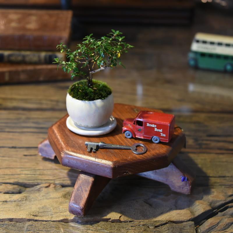 小さな木製の飾り台
