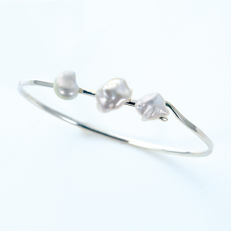 SV925 淡水真珠ホワイトバロック デザインバングル CLOSE TO YOU