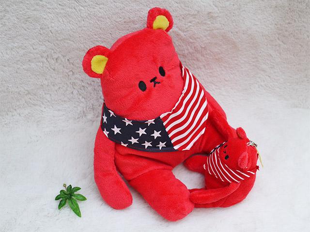 かわいいスマホスタンド クマカラ レッド マスコットストラップ  国旗のバンダナがおしゃれな動物のぬいぐるみとストラップ プレゼントピッタリ、シナダの人気グッズ