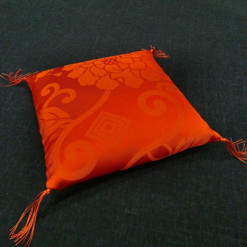 置物用ミニ座布団 正絹(絹100%) 赤