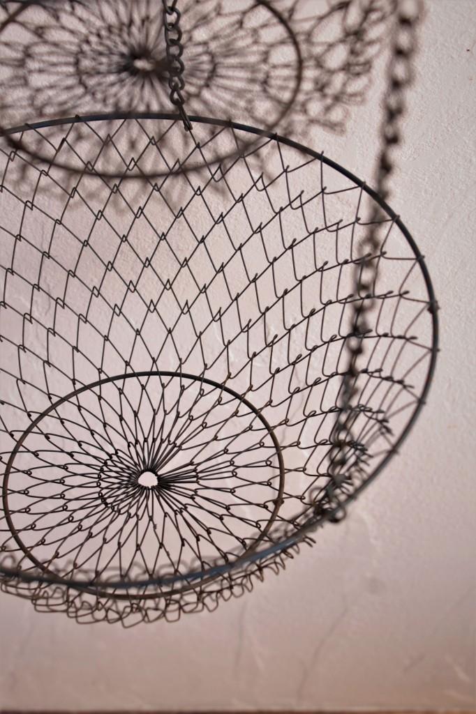 3段の吊り下げ金網カゴ 日本の古道具