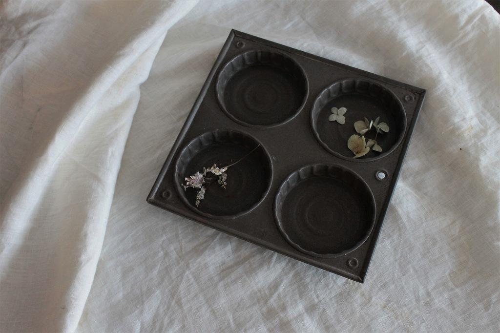 少し錆びた素材感が他にはない アイアンのケーキトレイ 古道具 ヴィンテージ