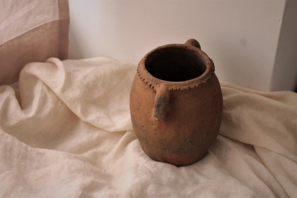 モロッコ素焼きの壺 粘土系の素材感 小さな持手と装飾