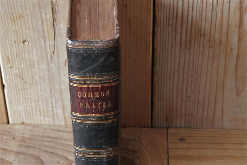 黒い装丁がインテリアに映える アンティークの洋書