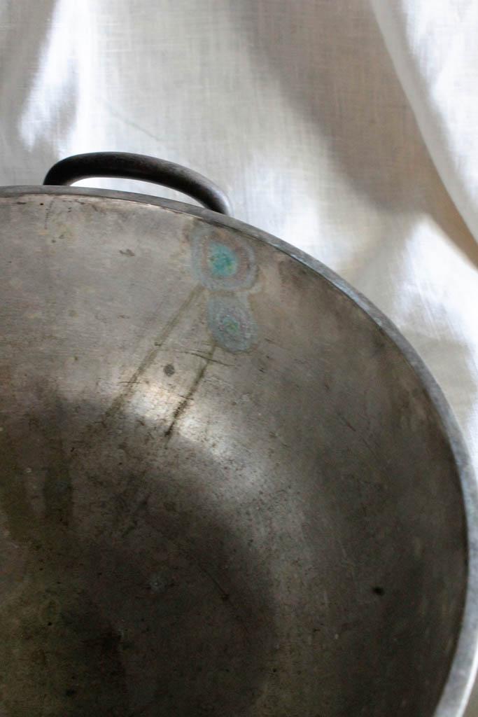 モロッコ ふたのつまみがかわいい 落ち着いた真鍮の脚付きポット