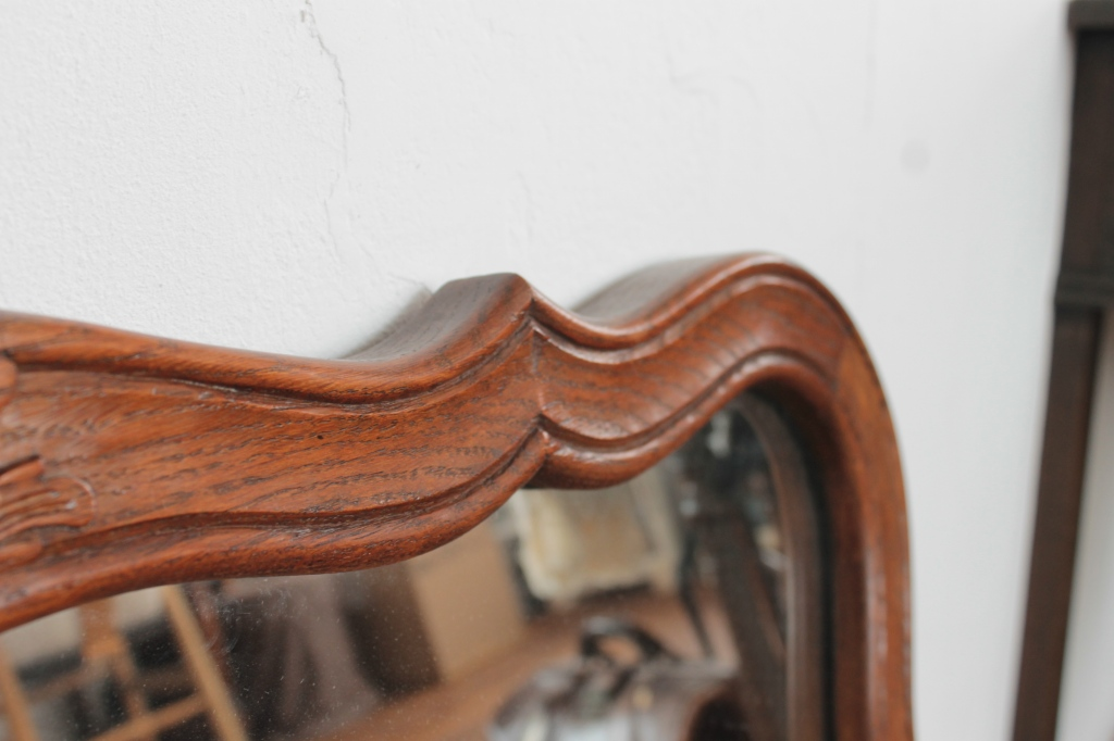 クラシカルで愛らしいフランス木枠の大きなウォールミラー
